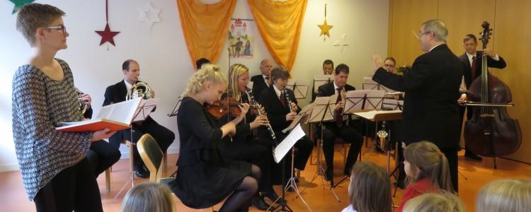 Musikverein-Ensemble mit Erzählerin Mirjam Heinzer